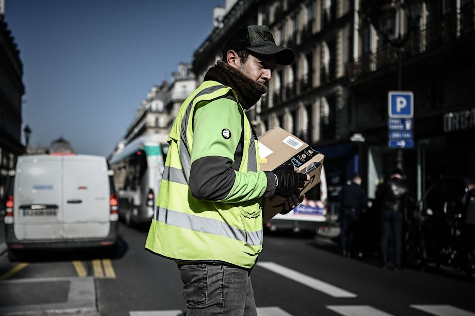 Read more about the article French court orders Amazon to continue only fulfilling essential orders